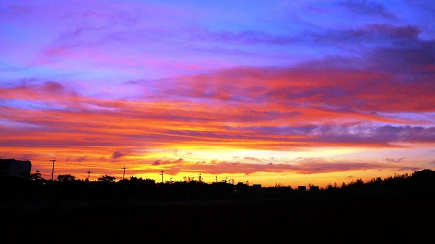 【周辺】入り江の夕焼け。お昼の爽やかな景色とはまた違う、吸い込まれそうな夕日の風景。