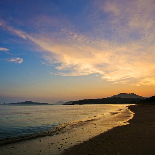 ●当館より徒歩1分の菊ヶ浜海岸。青い海、波音、潮風に癒されそう