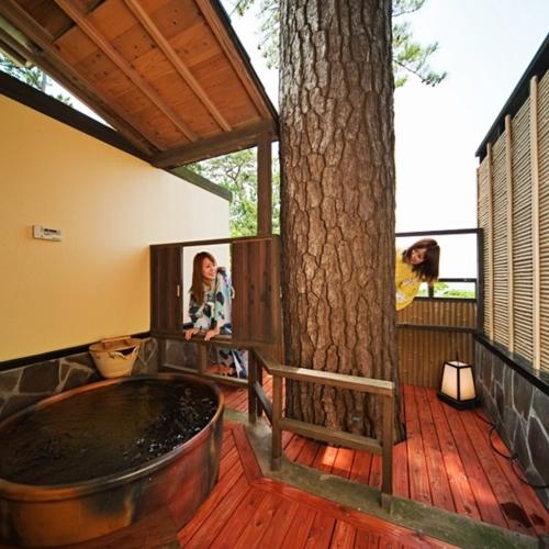 【こでまり】露天風呂にそびえ立つのは、なんと松の木。 自然のパワーを感じられる贅沢なひとときを