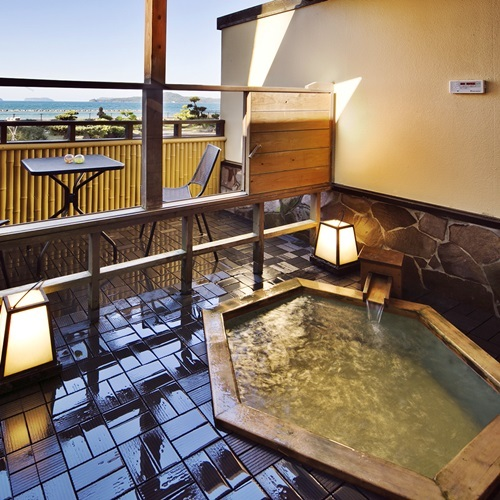 【わすれなぐさ】ちょっとお洒落な浴槽、六角形が特徴の露天風呂