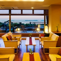 ● 全面ガラス張り「ティーラウンジ 宵待ち」。菊ヶ浜の景色にうっとり。