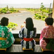 ●  様々な景色を見せてくれる菊ヶ浜。いずれも情緒漂う景観を一望できる足湯