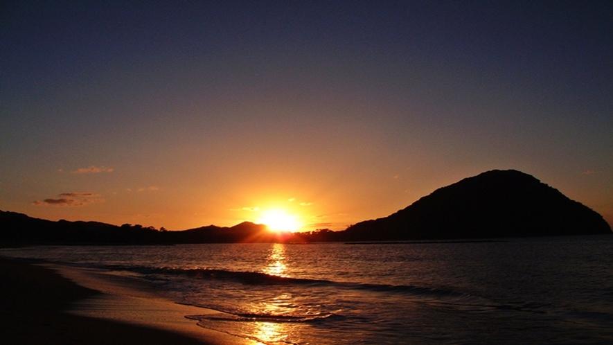 ■夕陽百選に選定されている【菊ヶ浜】は徒歩1分。1.6km続くサンセットビーチは夕景の散策スポット♪