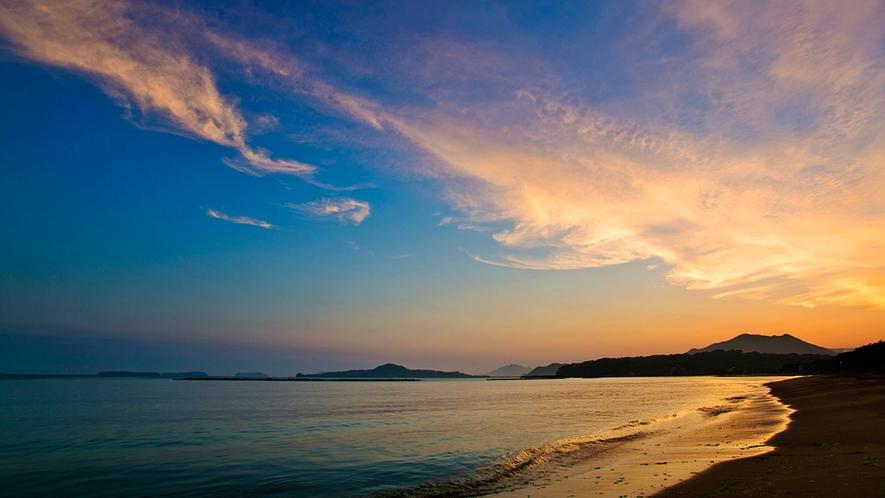 ●当館より徒歩1分の『サンセットビーチ菊ヶ浜』。青い海、波音、潮風に癒されそう