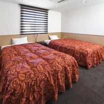 お部屋/ツインルーム|ゆったりお寛ぎいただけるシモンズ製セミダブルベッドを2台ご用意!
