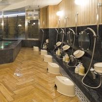 男性大浴場/ゆったりと広い湯船に浸かり、思う存分お寛ぎください。