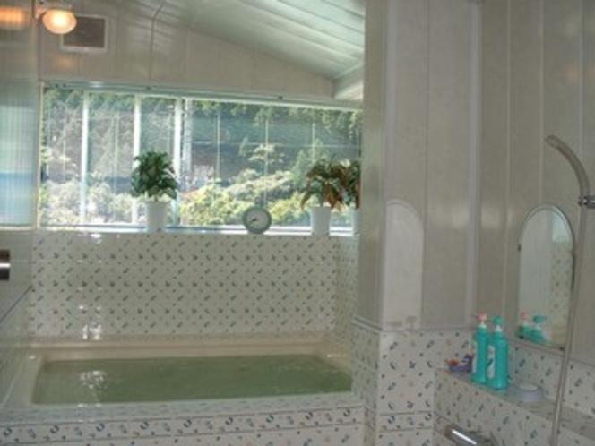 ローラアシュレイのタイルが可愛い風呂