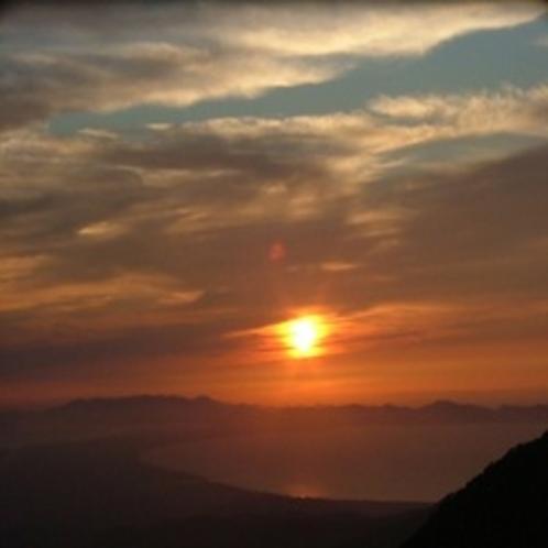 ■標高800Mの目の前の高原より見下ろす夕日!晴れた日には美しい夕日になることもあります■