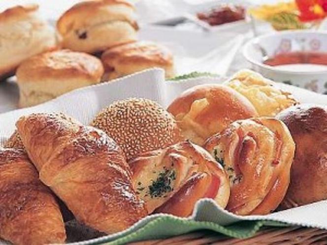 朝食に焼きたてパン