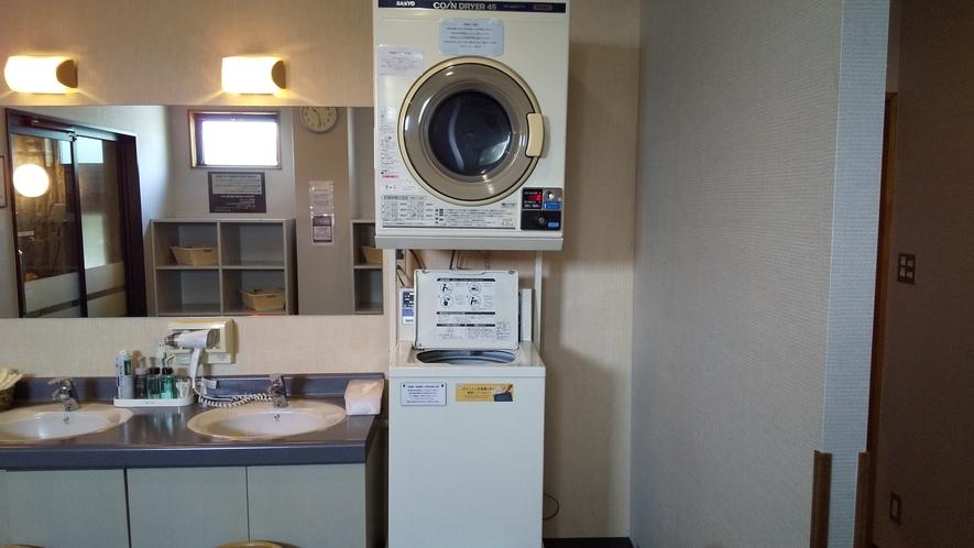 男性大浴場内洗濯機、乾燥機