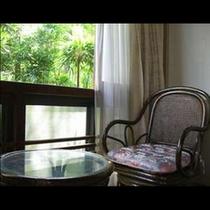 和室一部 緑溢れる窓辺でおくつろぎください