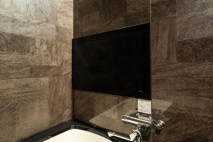 (西館セミスイートツイン)湯船に浸かりながらテレビを見ることができます。