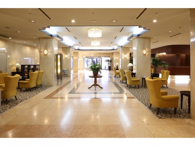 【西館1階 メインエントランス】洗練された開放感あふれる空間。