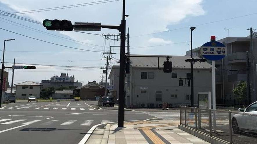 ⑤【伊勢崎駅南】の信号を直進します。(右手に交番がございます)