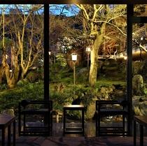 光林棟ロビーより中庭を眺める