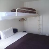 客室ベッドクイーンサイズ、ロフト付