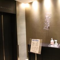 すべての階のエレベータホールに「アルコール」「除菌スプレー」