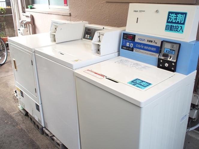 屋外に洗濯機2台、乾燥機1台