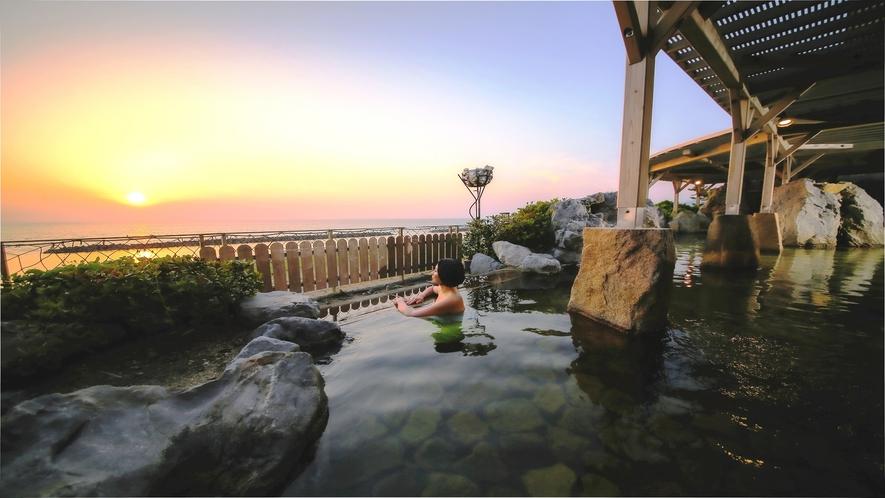 日本海を一望 大浴場露天風呂からの夕陽