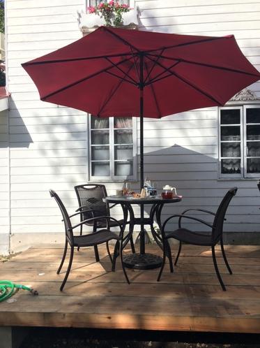 テラスのガーデンテーブルとチェア 真っ赤なパラソル