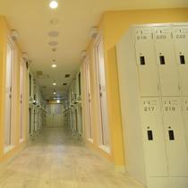 各フロア入口付近にはシャワーと着替え等を入れるロッカーあり(女性専用フロア)