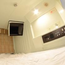 カプセルの内部。テレビやアラームなどシンプルに配置。コンセントもあります。無料wifiも利用可能。