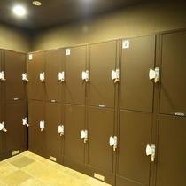 フロント横のラウンジには荷物を収納できるロッカーを完備!