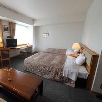 【デラックスツイン】ダブルベッド二台と、ソファセットのお部屋。