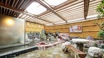 【*龍馬の湯】男湯。石造りの露天風呂。開放的な雰囲気。
