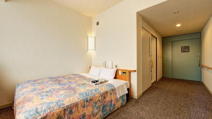 【*バリアフリールーム】お二人で寝ても十分な160cm幅のクイーンサイズベッド設置。