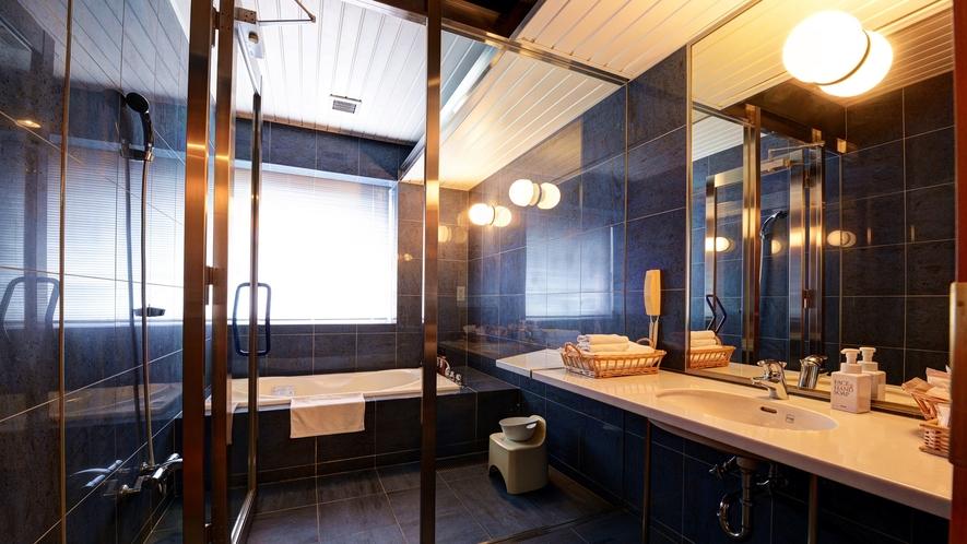 【*スイートルーム】バスルーム。シックなデザインと広いバスタブで落ち着きます。