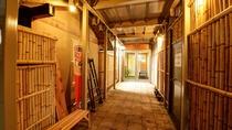 【*龍馬の湯への通路】フロント横の通路から、龍馬の湯へ渡り廊下がございます。