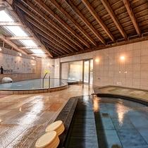 【*龍馬の湯】男湯。木組みの天井を見上げながらお湯にゆっくり浸かる。