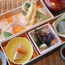 【和の風】夕食一例。鰹のタタキなど高知の名物を手軽に味わえる懐石風弁当です。