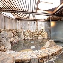 【*龍馬の湯】女湯。石造りの露天風呂。pH値の高い『美人の湯』です。