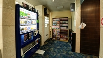 【*館内】フロント奥には自動販売機と漫画コーナー