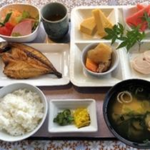 【朝食一例】和食。焼き魚、4種類の副菜など。ごはんとスープはおかわり自由!