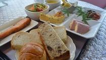 【朝食一例】洋食。焼き物、4種盛り合わせなど。パンとスープはおかわり自由!