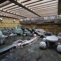 【龍馬の湯】石造りの露天風呂。座ってのんびり休憩も◎
