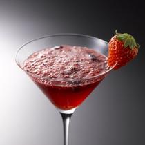 【メインバー「テラ」】カクテルやウィスキーなどのお飲み物の他、様々なお料理もお楽しみ頂けます。