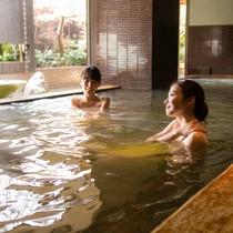 地下1600mから毎分最大400L湧き出る湯量豊富な神戸六甲温泉を満喫