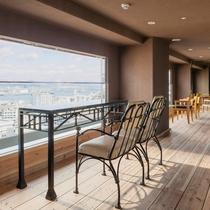 【クラブフロア・ゲスト専用ラウンジ】六甲山と神戸港の清々しい風を感じられるオープンテラス