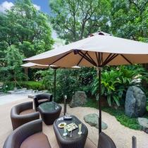 【レストラン&ダイニング】テラスレストラン「ガーデンカフェ」の陽光降り注ぐテラス席。
