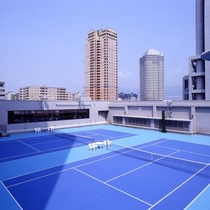 【フィットネス&スポーツ「ザ・ベイクラブ」】全天候型サーフェイス・屋外テニスコートを2面完備。