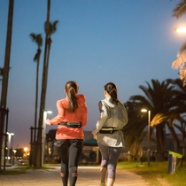 ランニングコースには随所に街灯が設置され、ナイトランも快適。
