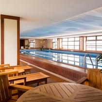 【ザ・ベイクラブ】足に優しいチーク木材をデッキに使用した屋内プール&ジャグジー。