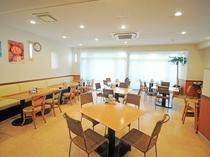 【レストラン】南国風の明るい雰囲気の空間