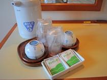 【部屋備品】お茶セットとポットを客室のデスクにご用意しております。