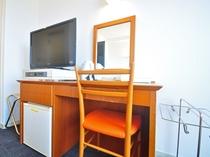 【ツイン】テレビ・冷蔵庫・机・鏡など完備しております。