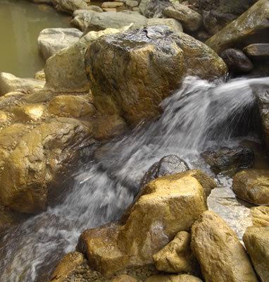 浅間山の麓から湧き出る緑の湯
